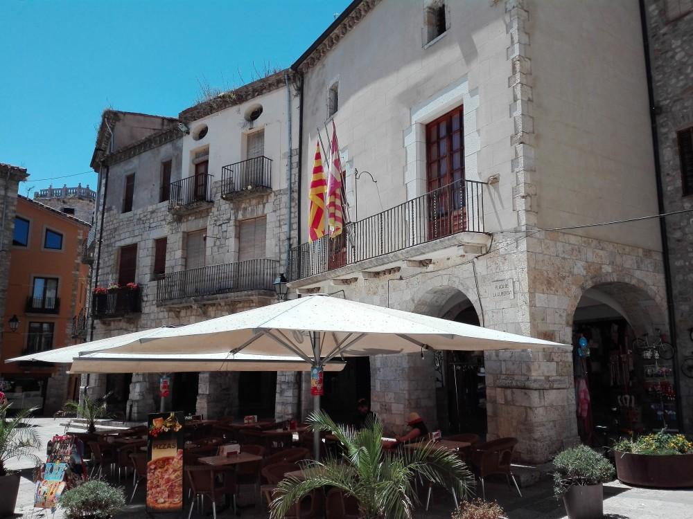 Besalu-ayuntamiento-plaza-mayor-don-viajon-cataluna