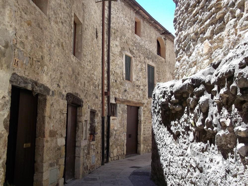 Besalu-calles-medievales-don-viajon-la-garrocha-espana