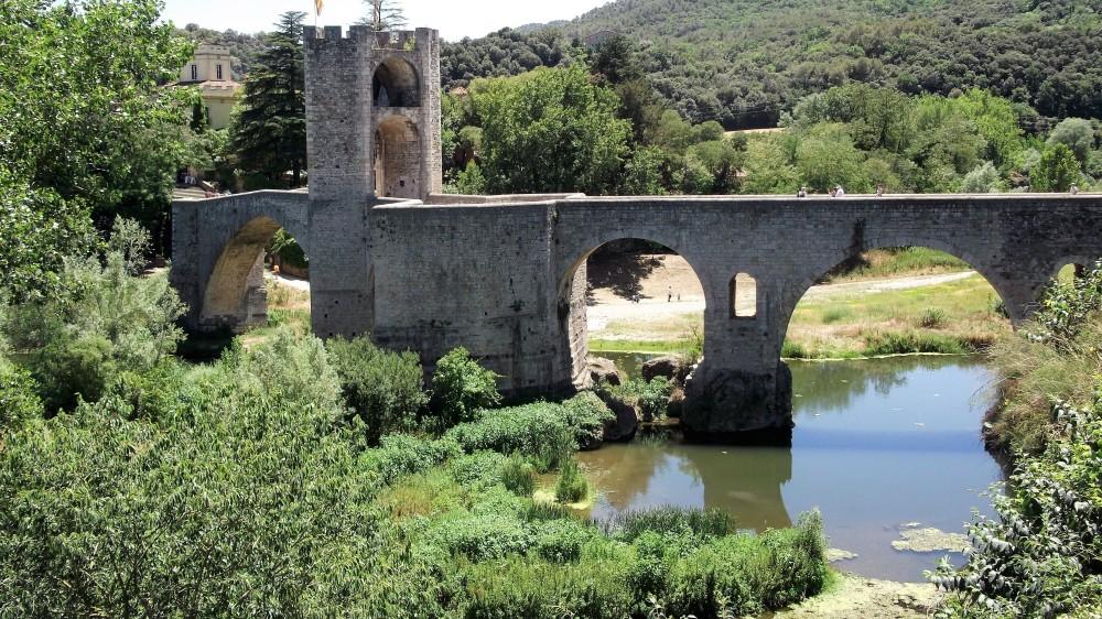 Besalu-puente-medieval-don-viajon-la-garrocha-espana