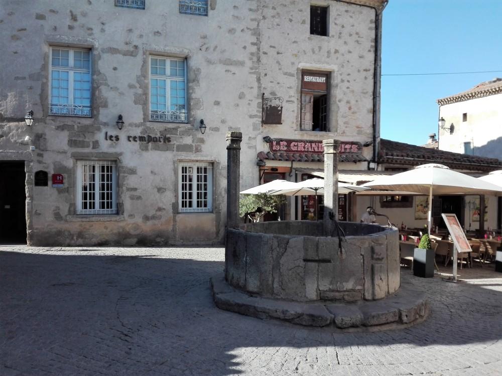 Carcasona-el-gran-pozo-donviajon-arquitectura-medieval-francia