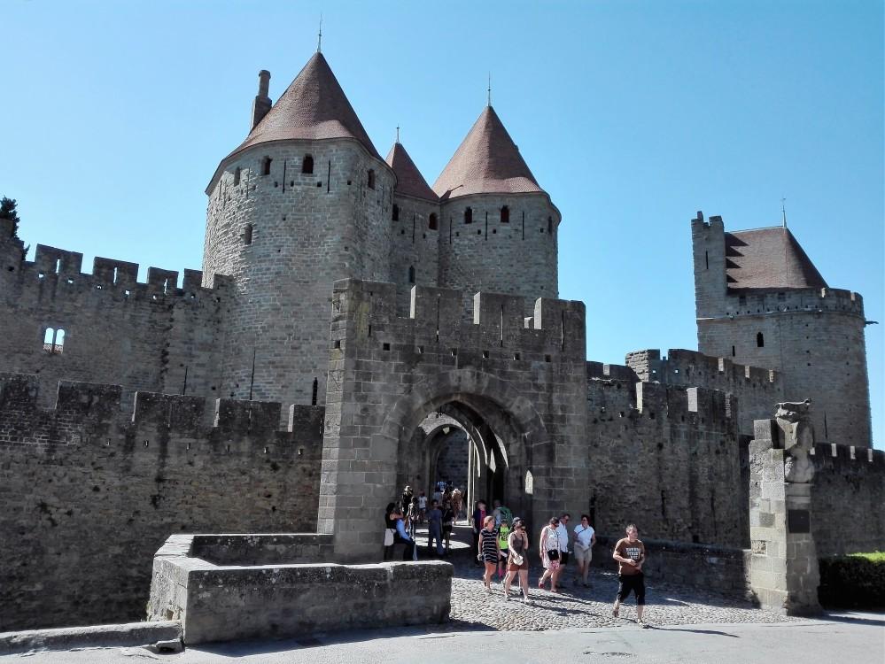 Carcasona-puerta-narbonense-donviajon-gotico-medieval-francia