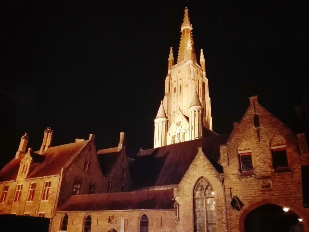 Brujas-arte-arquitectura-gotica-medieval-flandes-donviajon-paseo-nocturno-por-la-ciudad-belgica