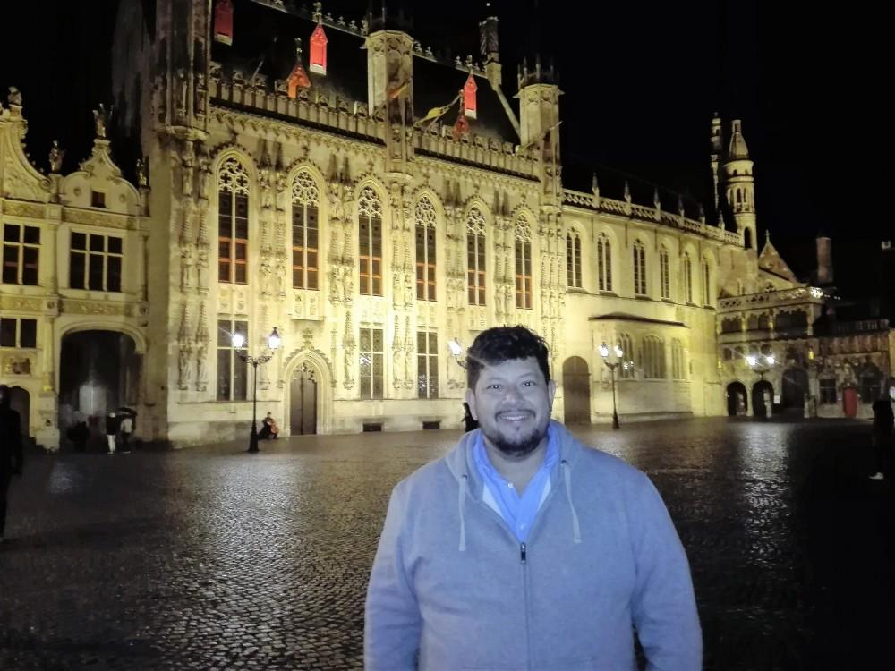 Brujas-ayuntamiento-de-la-ciudad-de-noche-donviajon-Stadhuis-arte-gotico-flamenco-belgica