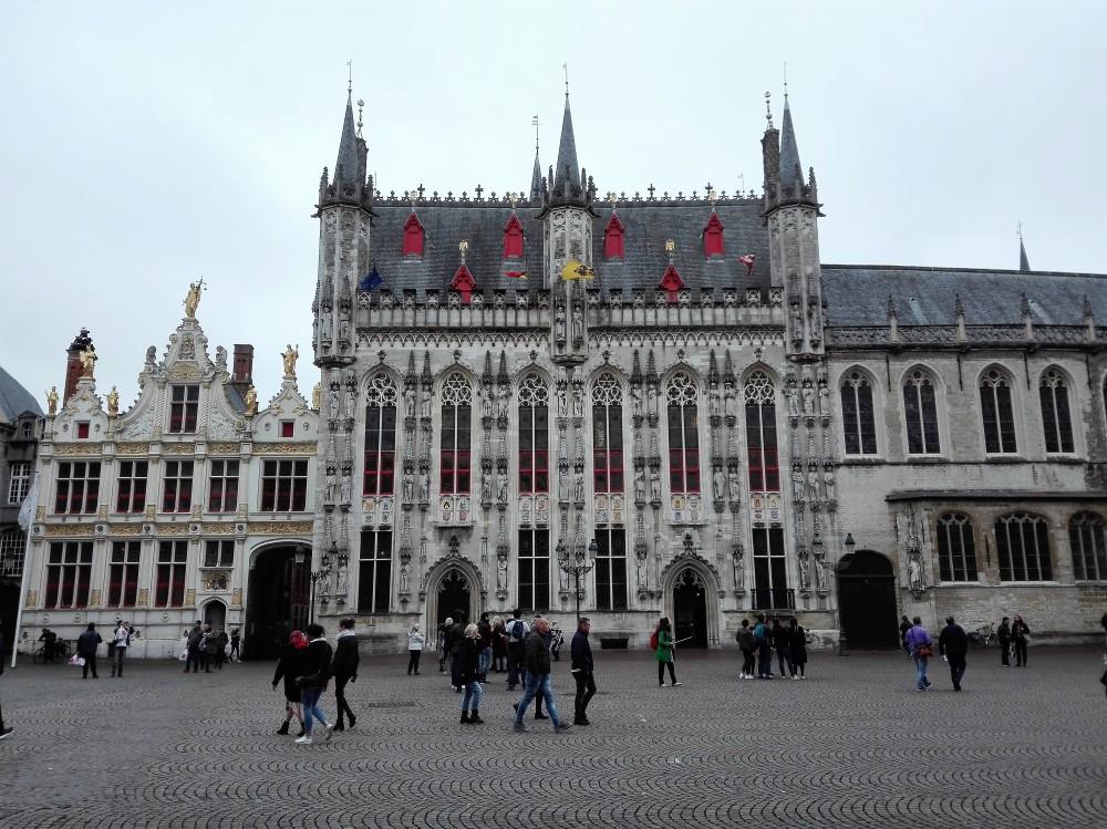 Brujas-ayuntamiento-de-la-ciudad-donviajon-gobierno-flandes-occidental-arquitectura-gotica-flamenca-belgica