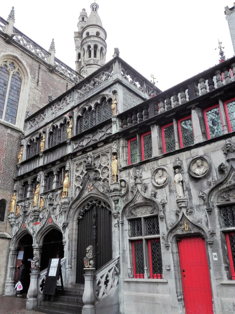 Brujas-basilica-de-la-santa-sangre-donviajon-lugar-de-peregrinacion-devocion-cristiana-cultura-tradicion-arte-flandes-belgica