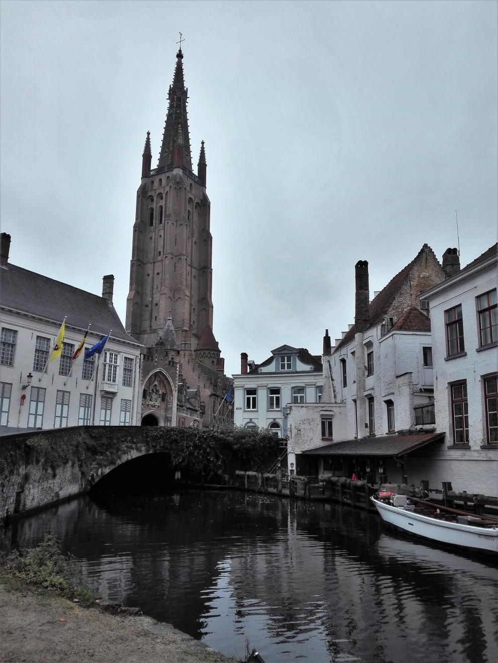 Brujas-iglesia-de-nuestra-señora-donviajon-arte-religioso-arquitectura-gotica-flamenca-belgica