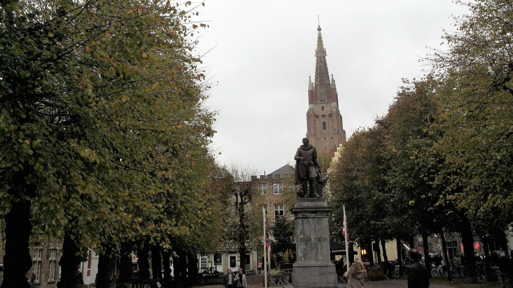 Brujas-plaza-de-simon-stevin-donviajon-personajes-flandes-cultura-arte-belgica