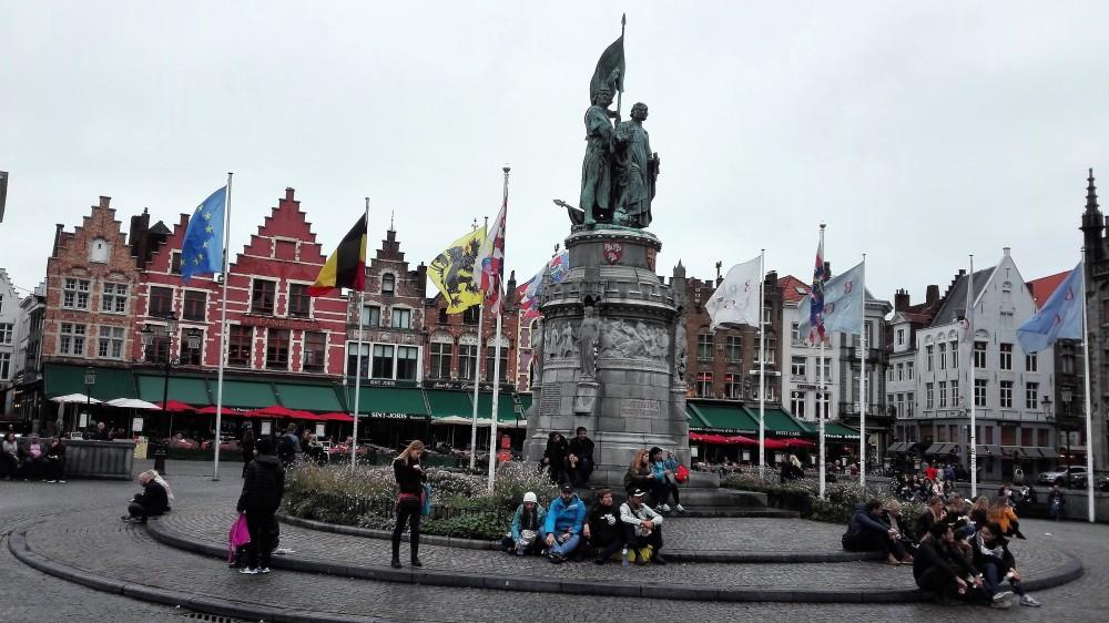 Brujas-plaza-del-gran-mercado-donviajon-casas-de-colores-arquitectura-flamenca-belgica
