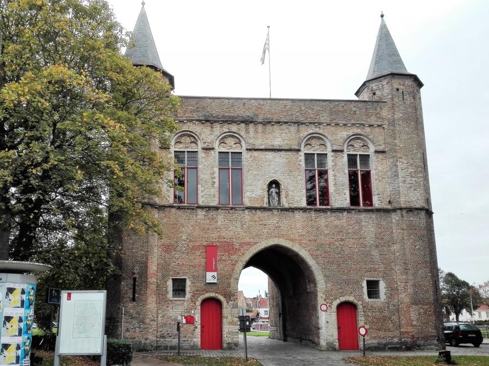 Brujas-puerta-de-Gante-donviajon-arquitectura-gotica-flamenca-gentpoort-medieval-flandes-belgica