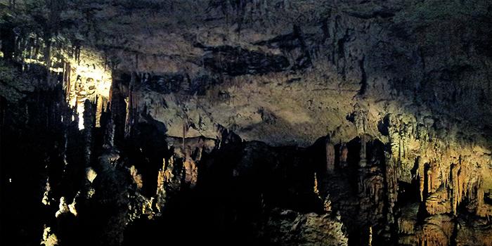 cavernas-karsticas-donviajon-estalactitas-naturaleza-subterranea-turismo-aventura-eslovenia