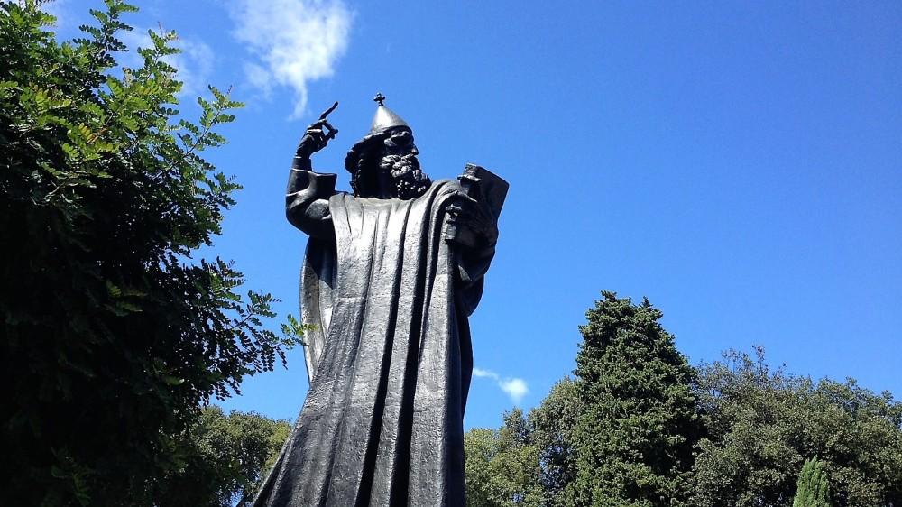 Split-estatua-de-Gregorio-de-Nin-donviajon-cirilico-cultura-arte-religioso-turismo-aventura-costa-de-dalmacia-croacia