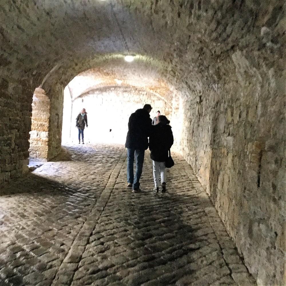 Castillo-de -Hohenzollern-donviajon-murallas-tuneles-medievales-arte-gotico-turismo-cultural-baden-wurttemberg-alemania