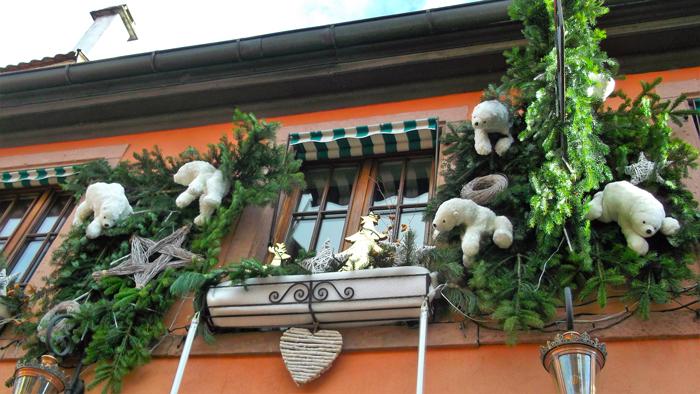 mercado-de-navidad-colmar-donviajon-decoraciones-navidenas-osos-polares-turismo-alsacia-francia