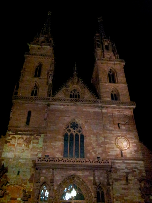 Basilea-catedral-metropolitana-de-noche-donviajon-arte-religioso-turismo-basilea-suiza