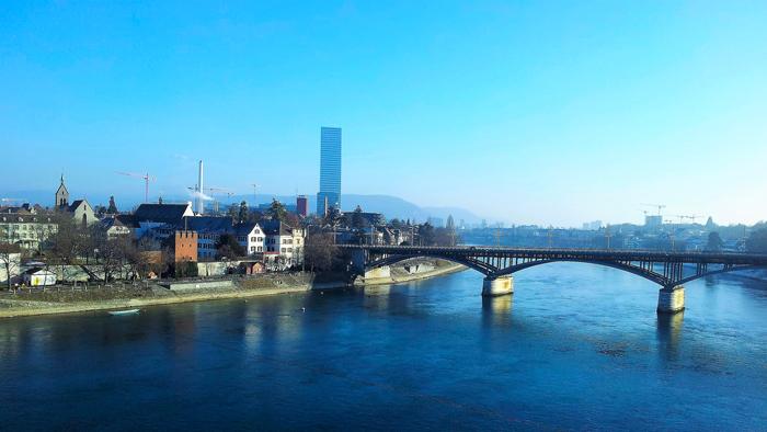 Basilea-ciudad-moderna-donviajon-puente-sobre-el-rio-rin-turismo-basilea-suiza