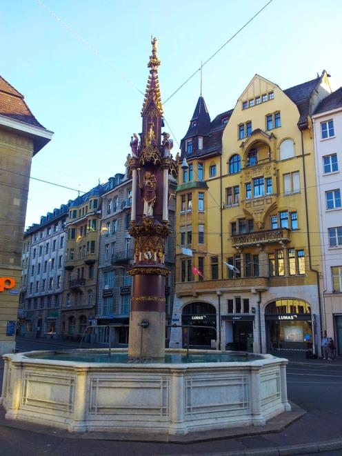 Basilea-fuente-de-los-pescadores-donviajon-plaza-del-ayuntamiento-turismo-cultural-arte-region-de-basilea-suiza