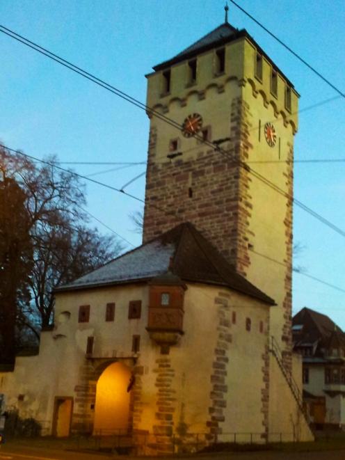 Basilea-torre-medieval-donviajon-turismo-arte-cultura-basilea-suiza