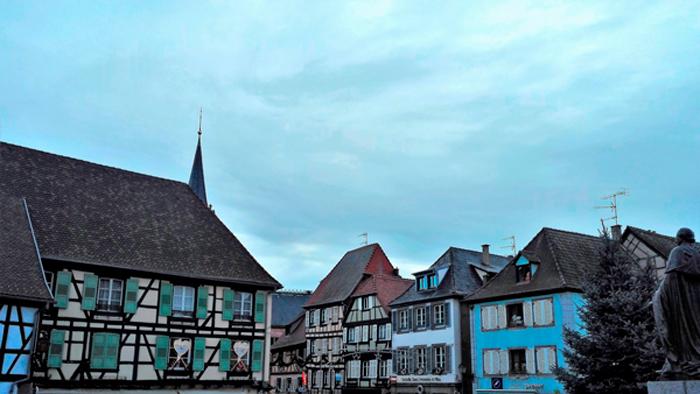 Obernai-plaza-de-la-iglesia-de-san-pedro-y-san-pablo-donviajon-turismo-bajo-rin-alsacia-francia