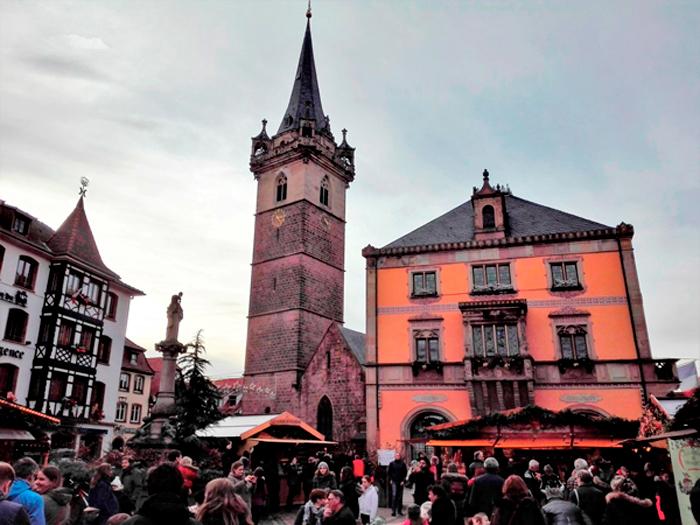 Obernai-plaza-del-mercado-donviajon-torre-de-la-capilla-ayuntamiento-turismo-alsacia-francia