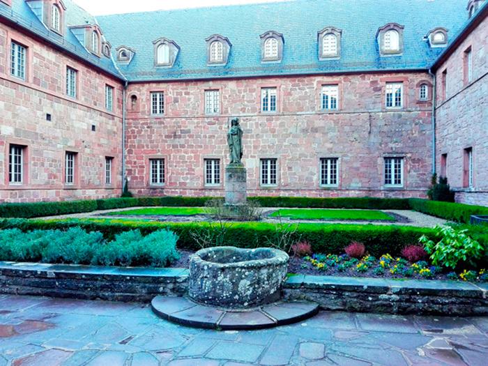 Santuario-de-santa-odilia-donviajon-patio-interior-monasterio-turismo-religioso-alsacia-francia