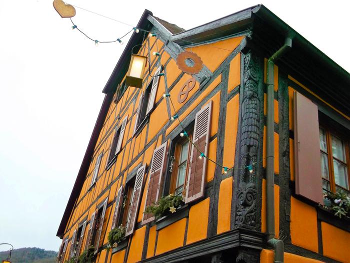 Ribeauville-artesanado-en-madera-tipico-alsaciano-donviajon-turismo-urbano-ruta-del-vino-alsacia-francia