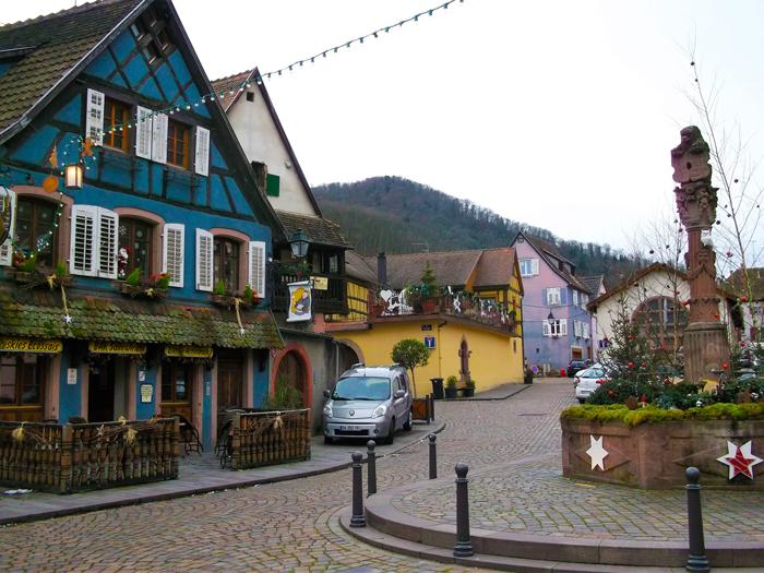 Ribeauville-la-plaza-de-la-republica-fuente-del-leon-donviajon-turismo-rural-ruta-del-vino-alsacia-alto-rin-francia