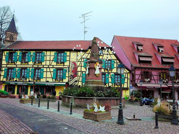 Ribeauville-plaza-de-Sinne-donviajon-turismo-cultural-y-enologico-alsacia-francia