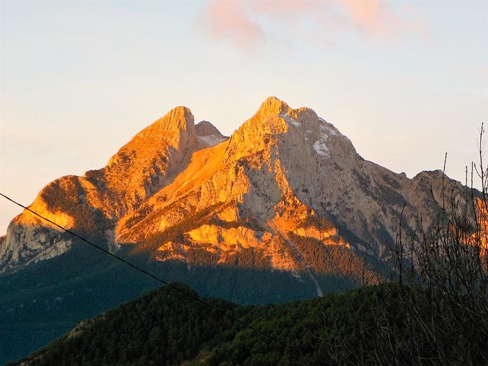 Gisclareny-Parque-natural-de-Cadi-Moixero-donviajon-naturaleza-senderismo-turismo-de-aventura-atardecer-en-el-Pedraforca-catalunya-espanya