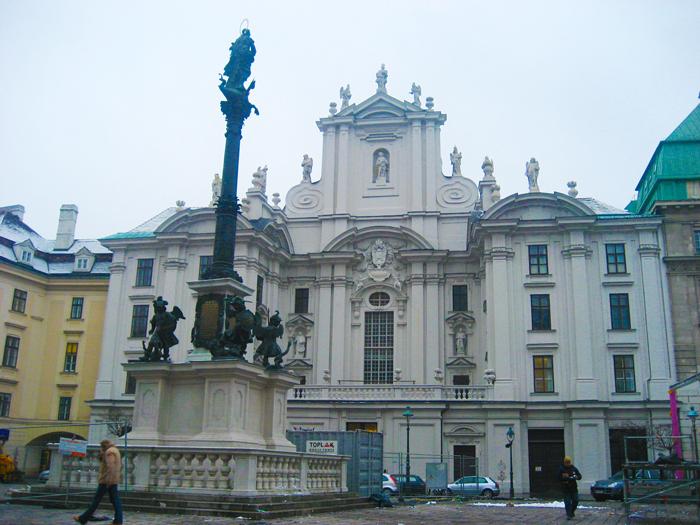 Viena-kirche-am-Hof-donviajon-plaza-de-la-Inmaculada-arte-barroco-turismo-cultural-religioso-arquitectonico-aventura-diversión-Viena-Austria