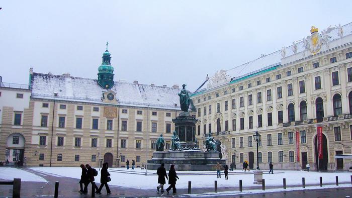 Viena-plaza-del-emperador-Francisco-primero-donviajon-arquitectura-clasica-turismo-cultural-Viena-Austria