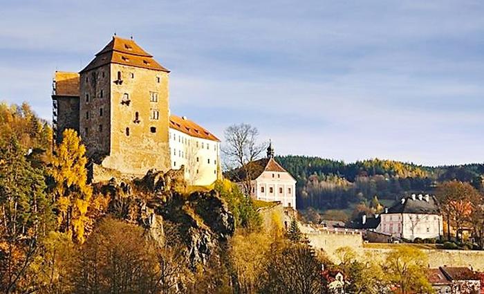 Hrad-a-zamek-Becov-nad-Teplou-castillo-medieval-arte-gotico-tardio-relicario-de-san-mauro-pueblos-bonitos-bohemia-turismo-cultural-arte-religioso-republica-checa