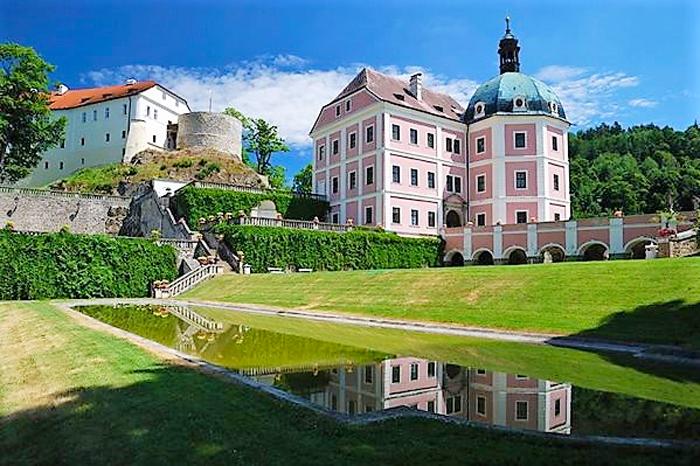 Hrad-a-zamek-Becov-nad-Teplou-castillo-y-palacio-turismo-cultural-arte-religioso-gotico-barroco-republica-checa