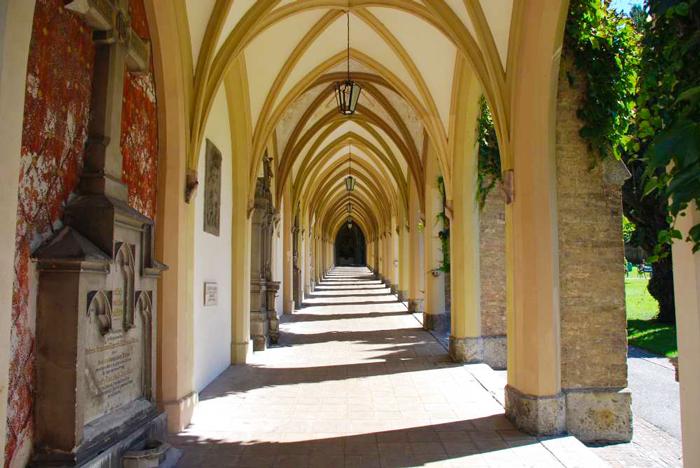 Schwaz-claustro-iglesia-parroquial-asuncion-de-Maria-a-los-cielos-don-viajon-turismo-cultural-religioso-arte-gotico-medieval-Tirol-Austria