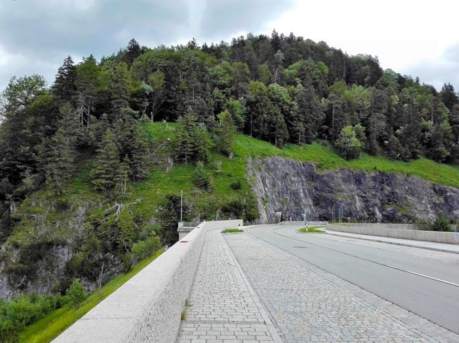 Sylvensteinspeicher-don-viajon-carrtera-de-los-alpes-turismo-naturaleza-aventura-Lenggries-Baviera-Alemania