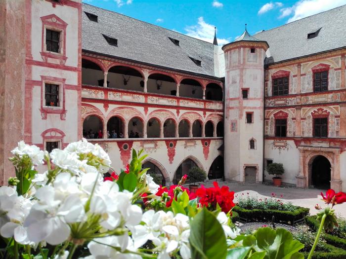El-castillo-de-Tratzberg-don-viajon-hermoso-patio-renacentista-arte-gotico-turismo-Jenbach-Tirol-Austria