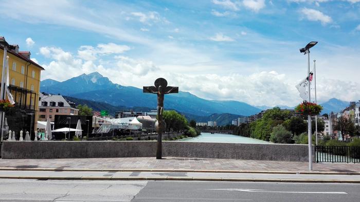 Innsbruck-el-puente-sobre-el-rio-Eno-don-viajon-turismo-alpino-Tirol-Austria