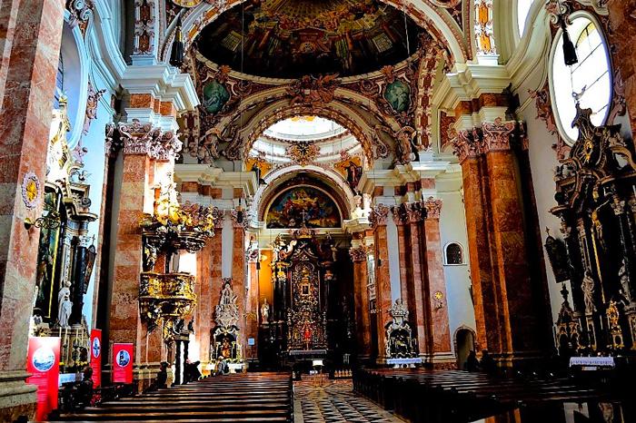 Innsbruck-interior-catedral-de-Santiago-don-viajon-arte-religioso-turismo-Tirol-Austria