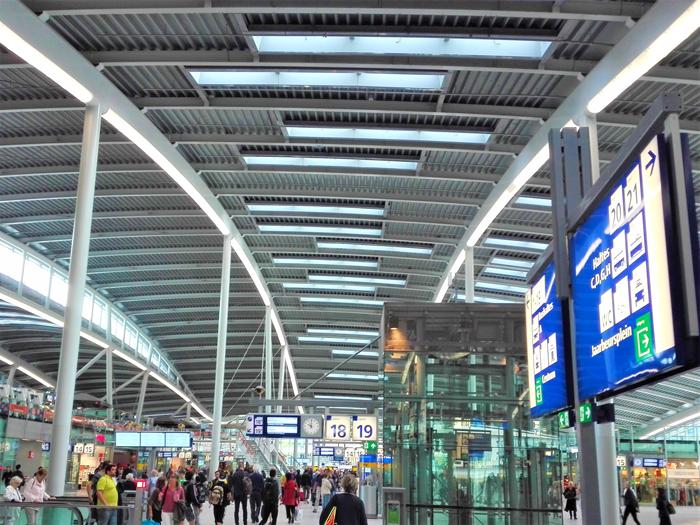 Estacion-central-de-trenes-don-viajon-turismo-urbano-cultural-arquitectura-innovadora-sostenible-Utrecht-Holanda