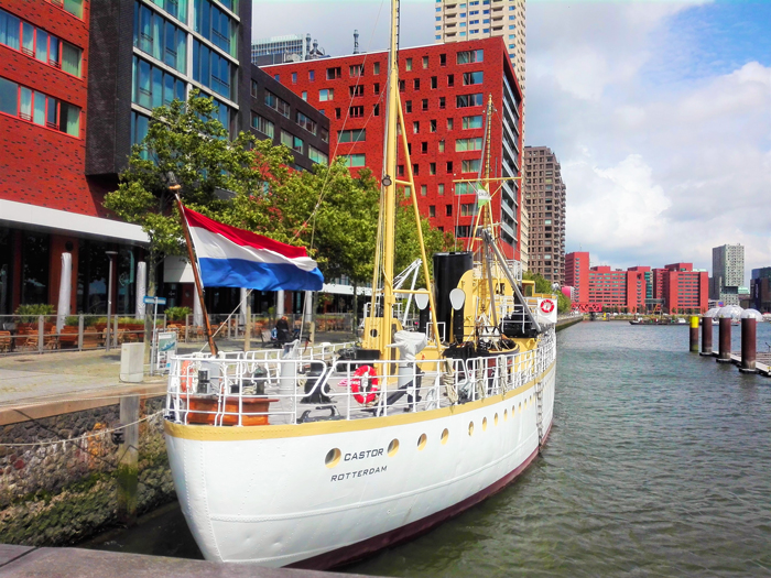Kop-Van-Zuid-puerto-fluvial-rio-mosa-don-viajon-tuirsmo-urbano-Roterdam-Holanda