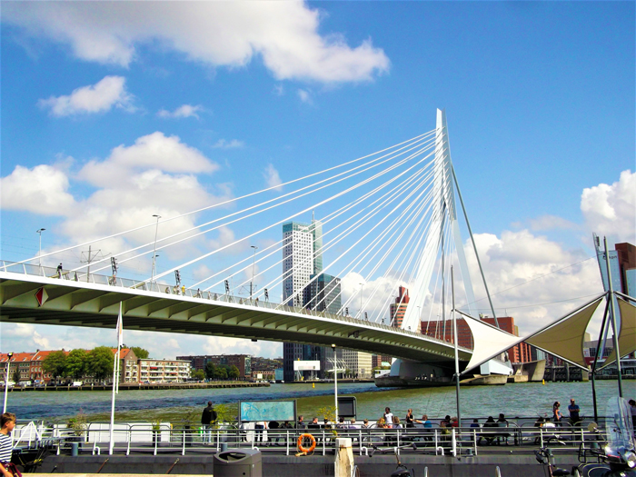 Puente-Erasmusbrug-don-viajon-turismo-recreativo-aventura-urbana-Roterdam-Paises-Bajos