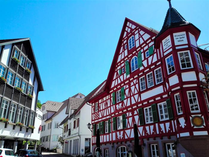 Schiltach-casas-de-colores-entramado-de-madera-don-viajon-turismo-cultural-aventura-Selva-Negra-Alemania