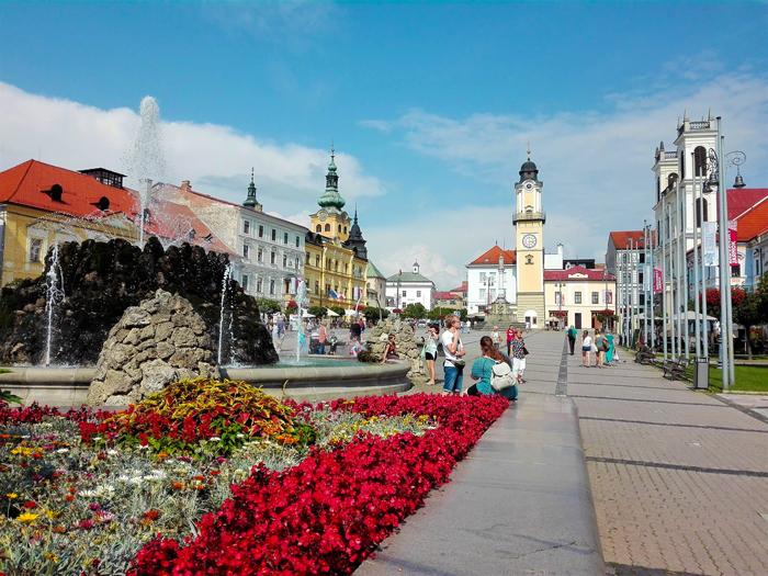 Banska-Brystica-plaza-del-ayuntamiento-don-viajon-turismo-urbano-cultural-recreativo-senderismo-arte-barroco-Bajos-Tatras-Eslovaquia