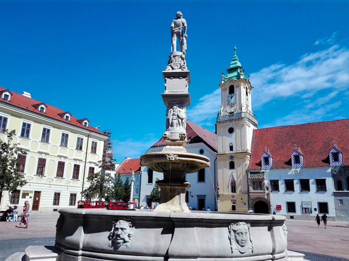 Bratislava-plaza-del-ayuntamiento-don-viajon-turismo-urbano-cultural-recreativo-senderismo-naturaleza-Eslovaquia