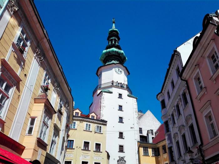 Bratislava-torre-del-reloj-don-viajon-turismo-urbano-cultural-senderismo-arte-medieval-gotico-barroco-Eslovaquia