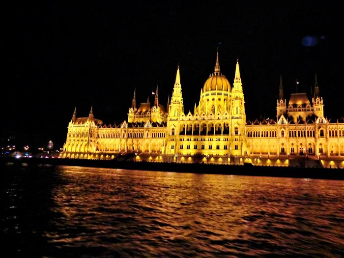 Budapest-el-parlamento-hungaro-don-viajon-turismo-urbano-cultural-recreativo-rio-Danubio-aventura-Hungria