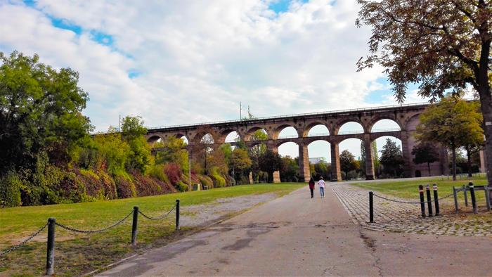 Bietigheim-Bissingen-viaducto-del-tren-don-viajon-turismo-recreativo-valle-del-rio-Enz-Baden-Wurttemberg-Alemania