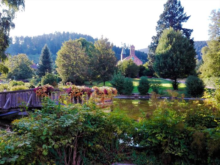 Enzkloesterle-valle-del-rio-Enz-don-viajon-turismo-rural-aventura-senderismo-naturaleza-Selva-Negra-Baden-Wurttemberg-Alemania
