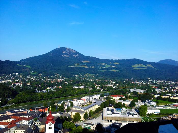 Salzburgo-moderno--don-viajon-turismo-de-compras-Alpes-Austria
