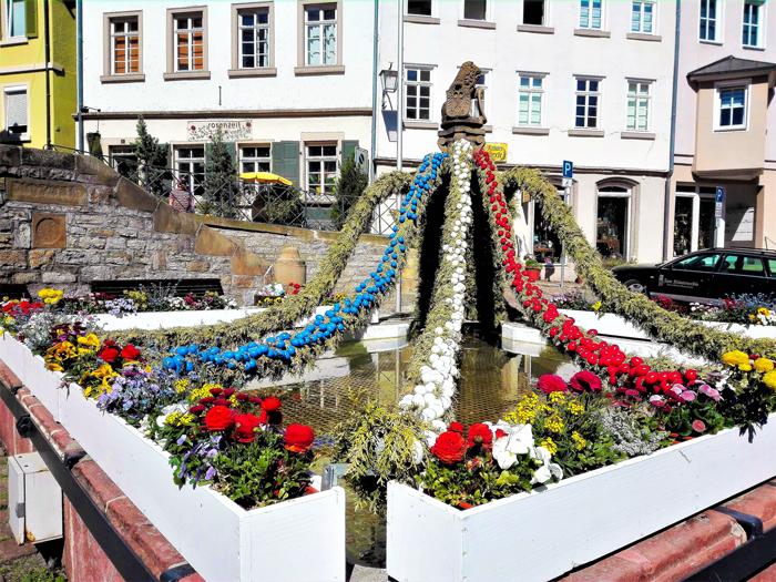 Bad-Wimpfen-fuente-con-decoración-de-Pascua-don-viajon-turismo-urbano-cultural-aventura-valle-del-Neckar-Baden-Wurttemberg-Alemania