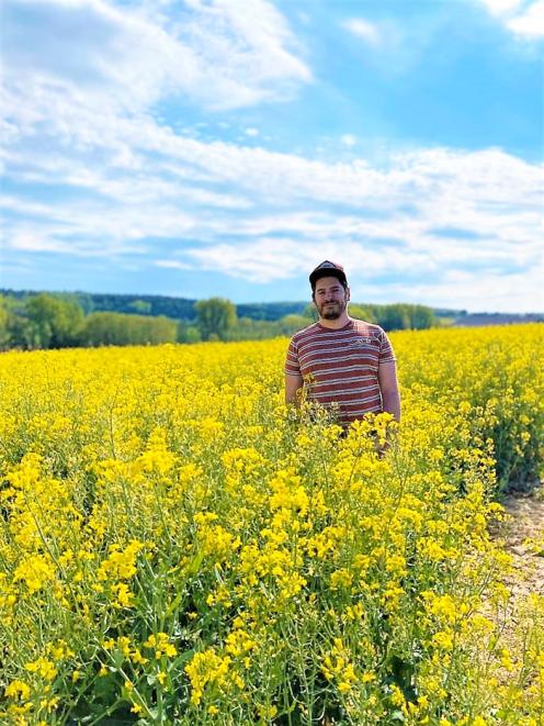 Duerrenbuechig-Walzbachtal-primavera-don-viajon-turismo-recreativo-senderismo-cultivo-de-colza-aventura-naturaleza-Baden-Wurttemberg-Alemania
